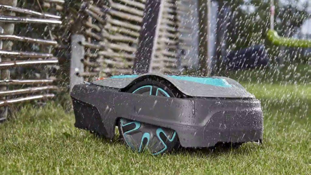 robot rasaerba gardena sotto la pioggia